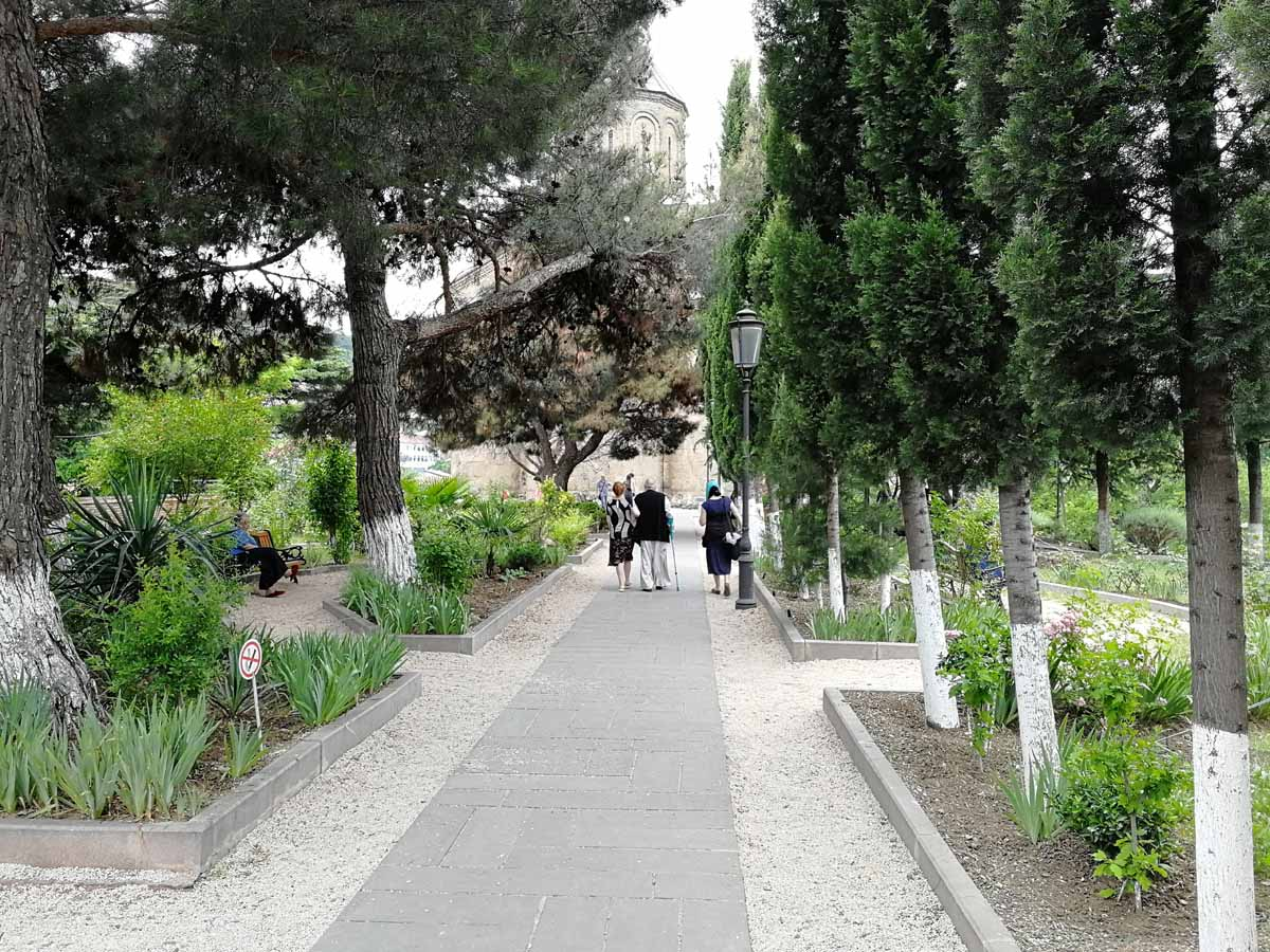 аллея возле храма Метехи