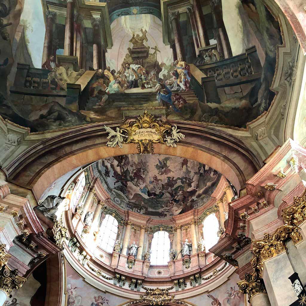 Храм св Николая в Праге внутри
